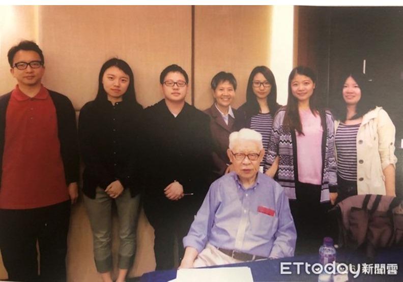 林毓生2014年在香港主持專題講座,與青年合影。(圖/周天瑋提供)