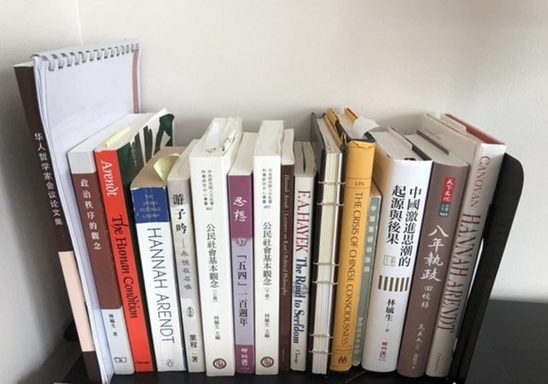林毓生案頭書架上有幾本他的老師們的著作以及他最近在台北出版的新書《中國激進思潮的起源與後果》。(圖/周天瑋提供)