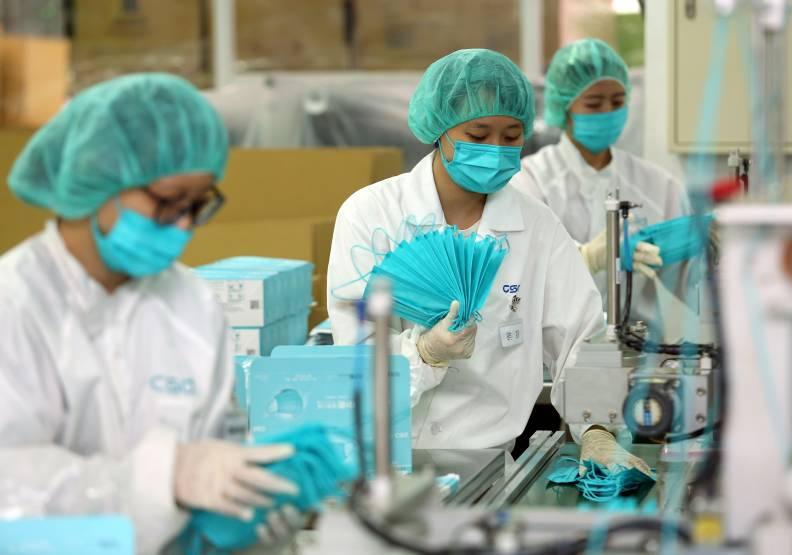 拍賣理論可用來解決疫情時口罩抬價的亂象。圖為台灣口罩製造過程,遠見資料照。
