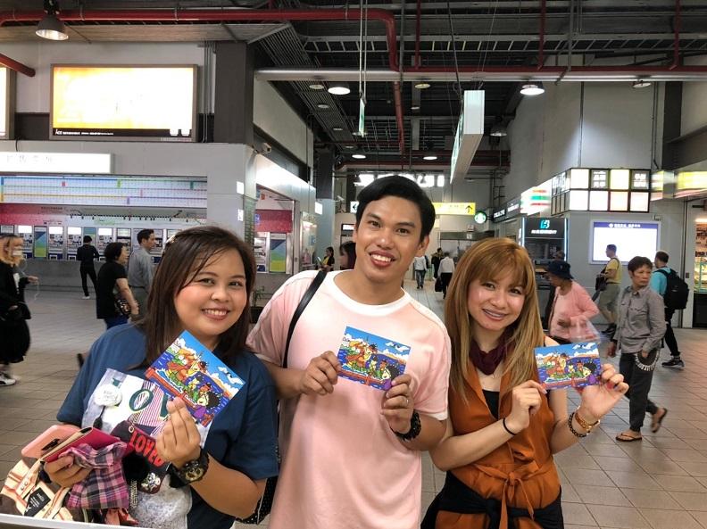 桃園火車站旅遊服務中心以貼心小物收服東南亞旅客的心。(照片提供:桃園火車站旅遊服務中心)
