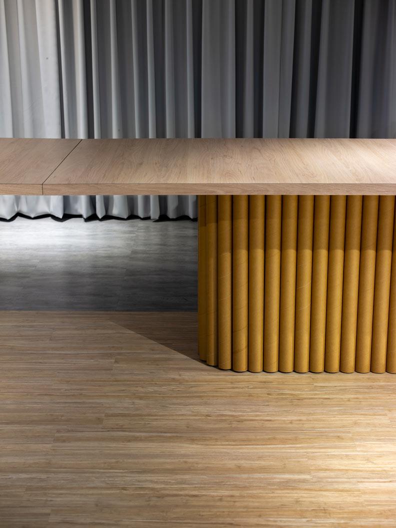 桌子桌腳都採用硬紙桶設計。柏成設計提供, 攝影/李國民攝影事務所