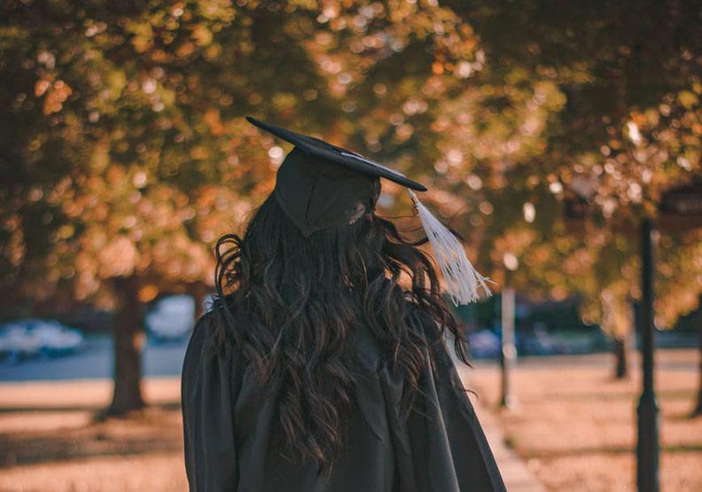期待的畢業典禮到來,她的心境卻已大不同。為情境配圖,圖片來自Pexels