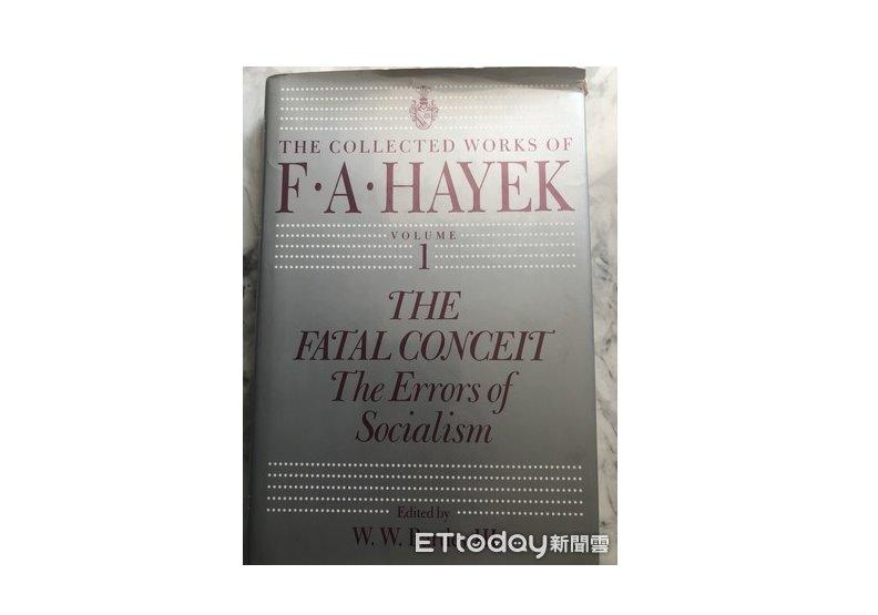 ▲作者收藏的海耶克的著作《致命的自負》第一版。(圖/周天瑋提供)