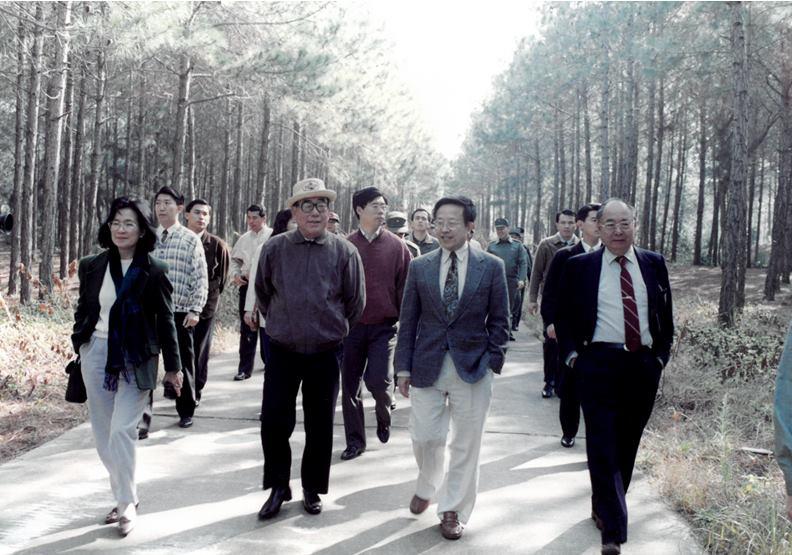 1993年2月郝柏村院長(左前二)卸任前赴金門,作者高希均(左前三)以及時任《遠見》雜誌總編輯的王力行(左前一)隨行。圖片由高希均提供