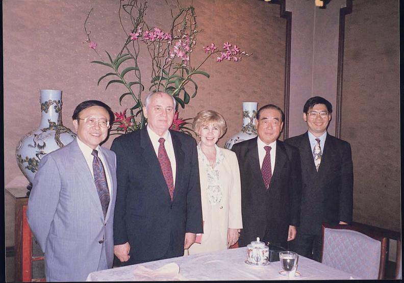 1994年10月郝柏村院長(右二)與戈巴契夫伉儷(右三與右四),以及作者高希均(右五)合影於舊金山戈巴契夫論壇。圖片由高希均提供
