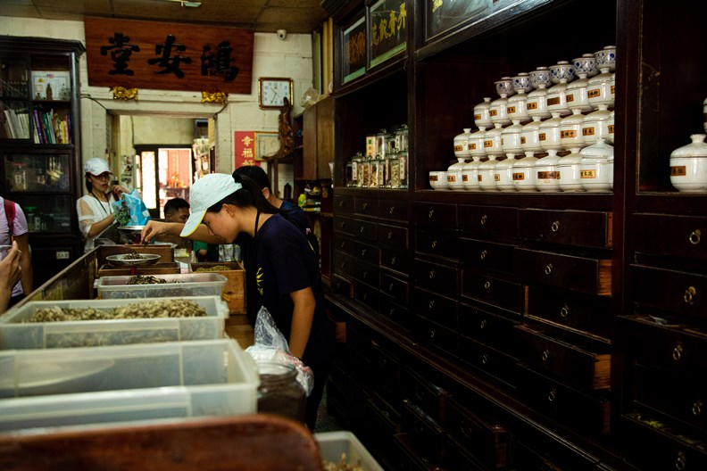 「小塹有約」的親子路線,由百年藥房「鴻安堂」第四代接班人帶遊客認識中藥、掂量藥草。