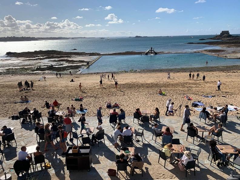 不受疫情影響,法國各處海灘又湧現人潮。