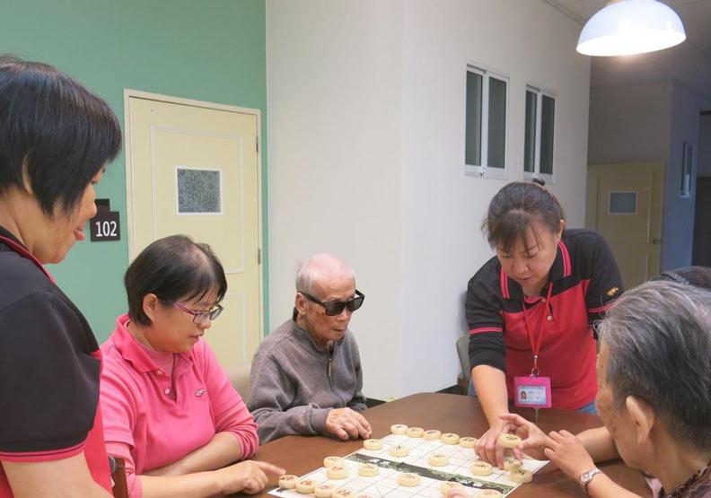 從日常活動,透過人員帶領,提供認知功能訓練。(高雄市社會局提供)