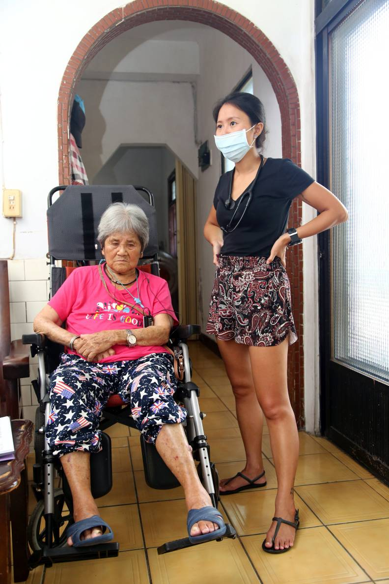 新進醫師賴瑋伶(右)在都蘭,找到居家醫療與潛水嗜好的歸屬感。