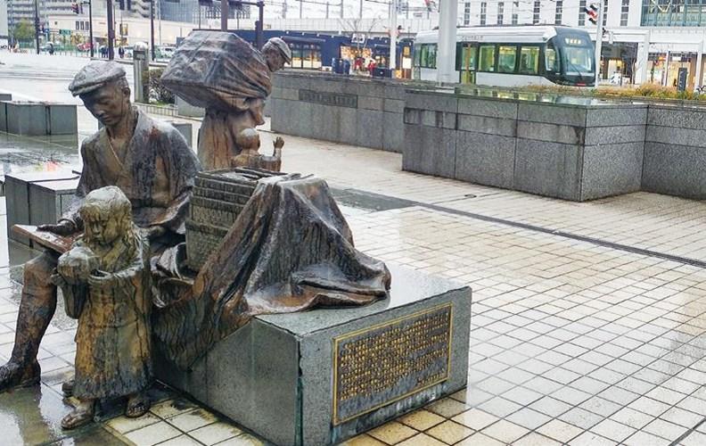 富山站前的賣藥郎銅像。