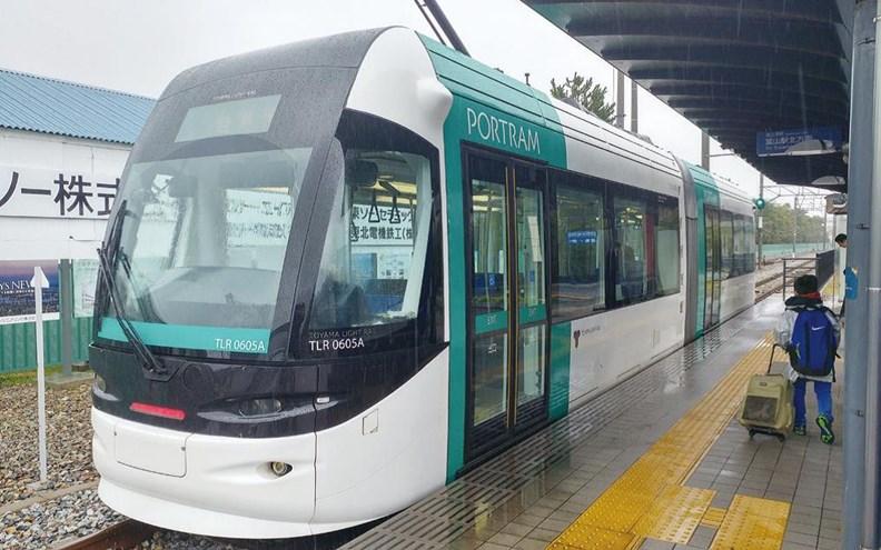 2006年通車的富山輕軌終點「岩瀨濱站」。