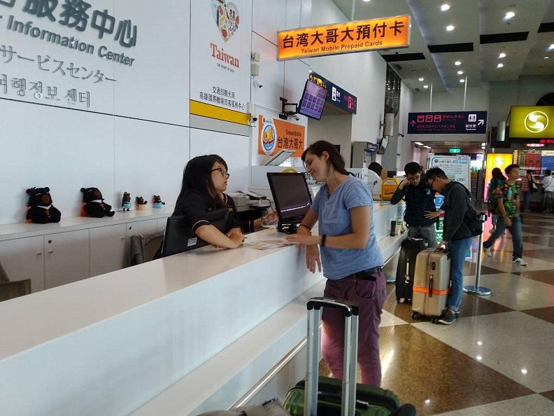 旅服中心主動協調各電信業者,提供外籍旅客可在高雄國際機場入境管制區內購買SIM卡。