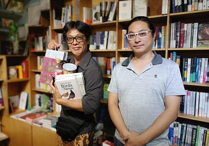 2020年6月陳顥樺邀請「蘇格澳底海洋書苑」負責人林群(左)前來「見書店」演講。盧明正攝影