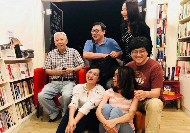 「無論如河」的前身為「有河Book」書店,現任4位負責人與前書店負責人詹正德(後排左二)及受邀的演講者林添貴(後排左一)合影。圖片取自無論如河