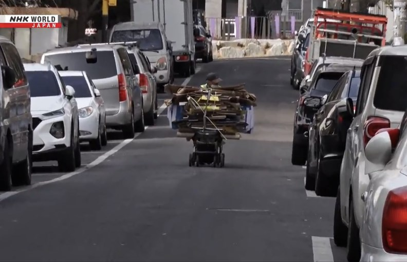 紙箱老人的工作潛藏不少風險,如最常見的車禍。圖片取自 NHK