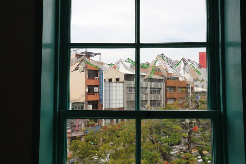 看到了嗎?窗戶上有藝術家結合街景的塗鴉創作。