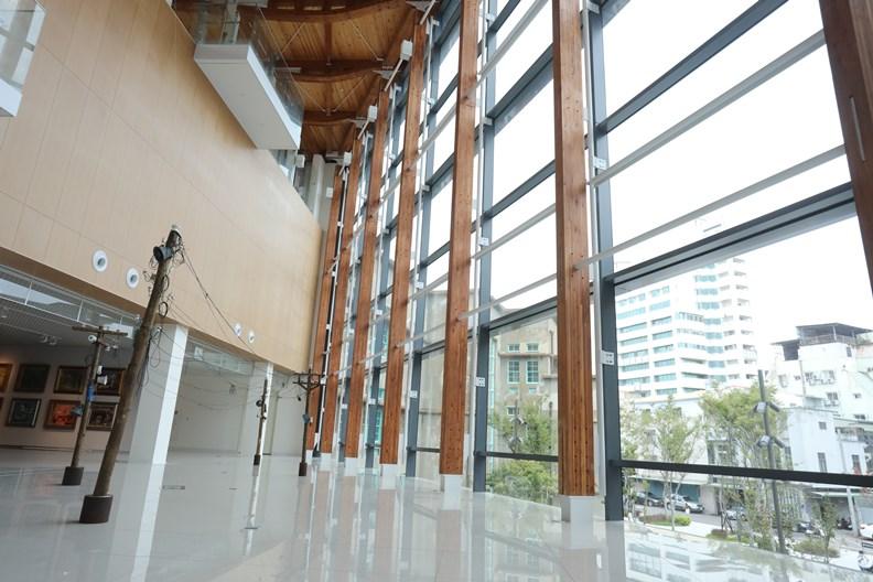 連結三棟老建築的展示廊道,大量引進外部光源。