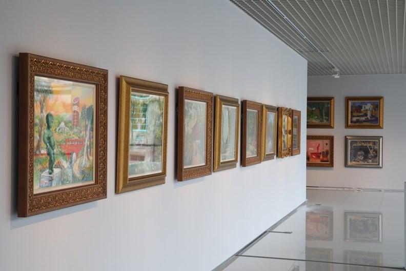 嘉美館內部展示畫作。