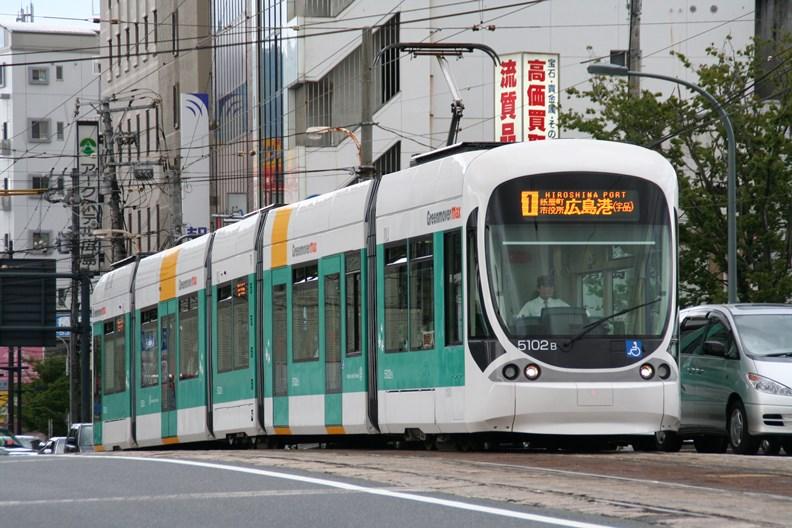 日本廣島的輕軌,兼具市區接駁與近郊聯繫功能。(攝影:鄭羽哲)