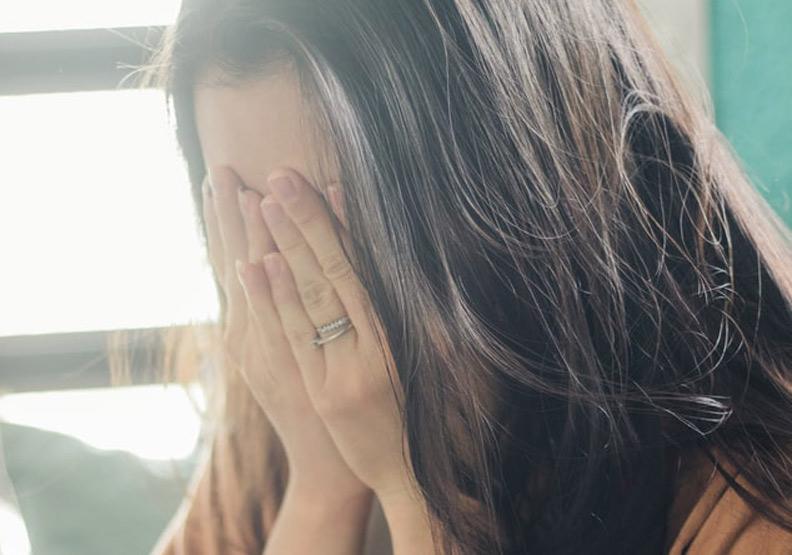 年輕同事著急用錢,留下眼淚,僅為情境配圖。圖片來自unsplash