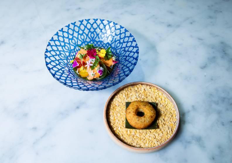 「小印度」發想源於印度小番茄蔬菜湯(Rasam)與炸扁豆圈(Medu Vada),林恬耀以台灣食材為主體,重新演繹並賦予瑰麗面貌。