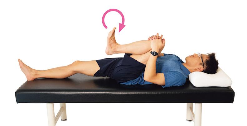 抱住膝蓋,腳踝往左右轉動。