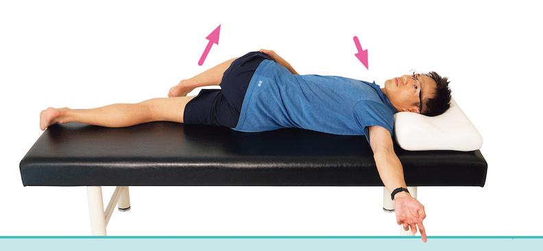 扭轉身體,將手臂伸向另外一側。