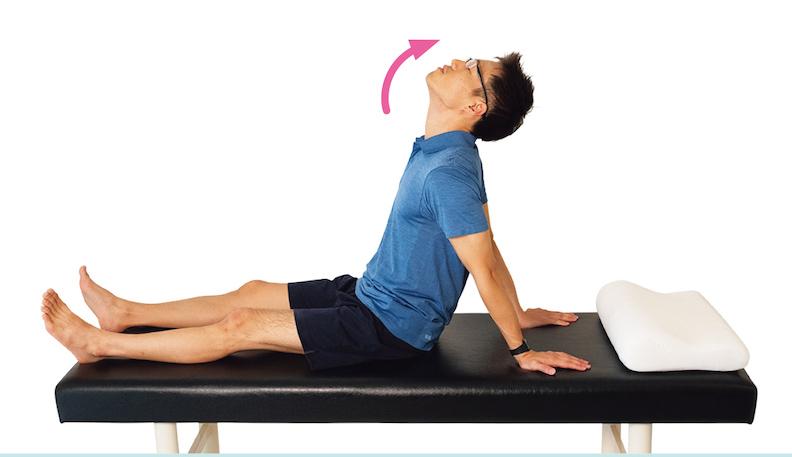 坐起上半身,挺直腰桿,兩手撐在身後,脖子輕輕往後仰。