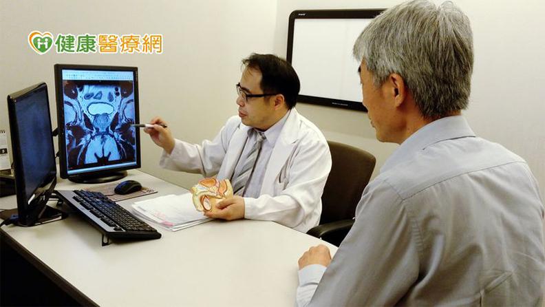 泌尿科醫師門診諮詢 (圖片中患者非個案本人)