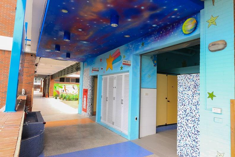 廁所不再是陰暗惡臭的角落,屏東縣信義國小以銀河星空為主題,翻轉傳統的印象。