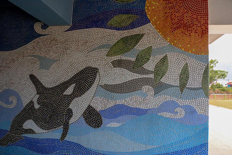 馬賽克藝術牆融入在地海洋元素,加祿國小枋山分校已有70幾年的歷史,華麗轉身後被網友封為最美的鯨魚小學。