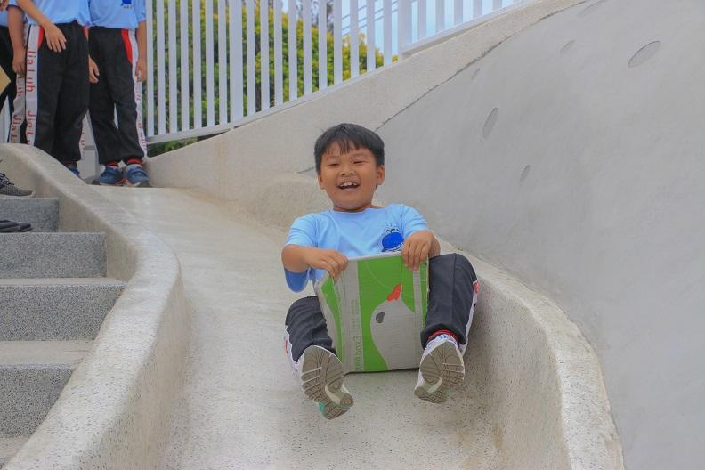 潘孟安縣長心目中的校園,不是豪華外觀、有著縣長名字落款的校門,而是一座能讓孩子安全快樂學習的樂園。