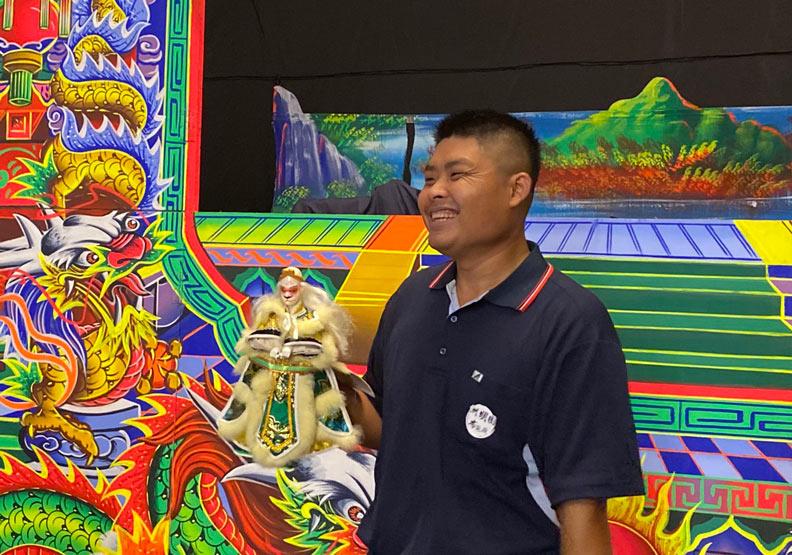 洲明園團長林志豪對布袋戲表演有許多想法。
