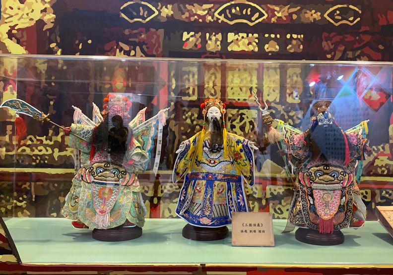 早年台灣布袋戲演出,以章回小說等為主要演出形式。圖左依序為關羽、劉備和張飛