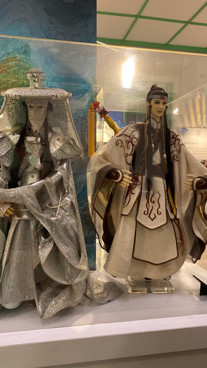 台灣最知名的布袋戲角色:史艷文和藏鏡人。