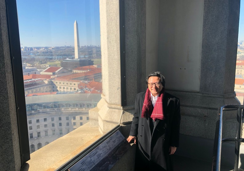 作者於華盛頓紀念碑前留影,2020年初春。作者提供,版權所有。