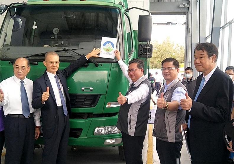 鄭文燦(右三)主持低碳物流車隊聯盟誓師儀式。