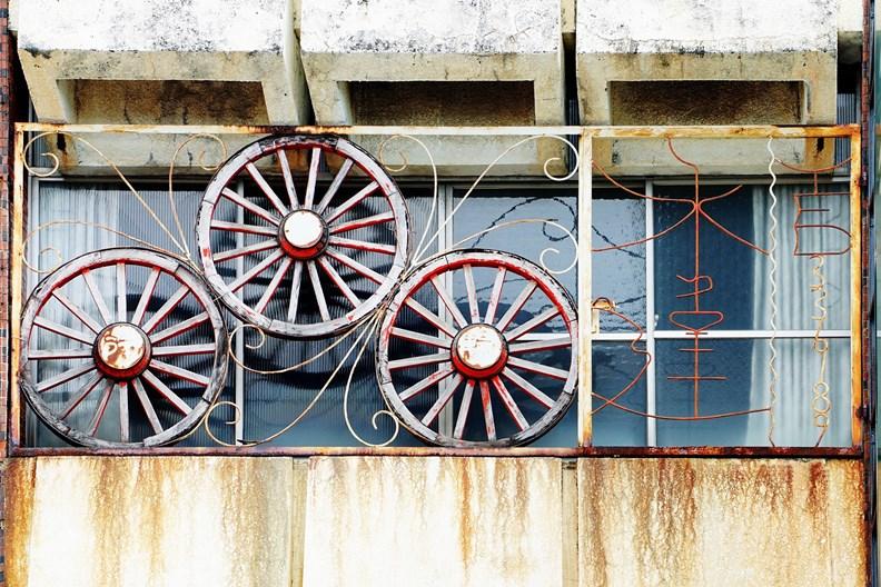 國境之南的「車輪」鐵窗花。 (圖片取自老屋顏)
