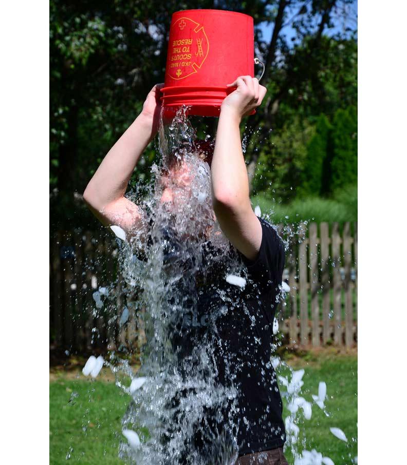 冰桶挑戰。取自維基百科
