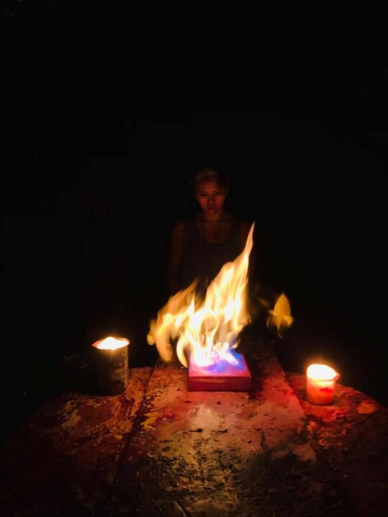 辦在陽明山上的繪畫工作坊,參與者們在塗完顏料、倒上燃燒融化的蠟以後,最後一個步驟就是以「火的儀式」封畫。Raul Gasque提供