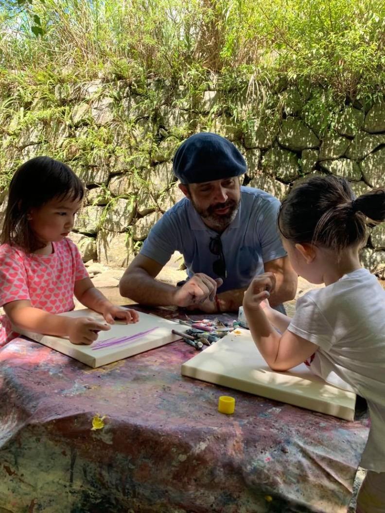 藝術家指導小朋友作畫。 Raul Gasque提供