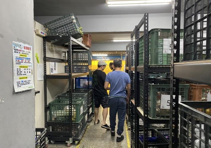 清晨 5 點,菜蟲農食團隊就已開始處理蔬果採購者的訂單。來源:社企流 iLab 加速器