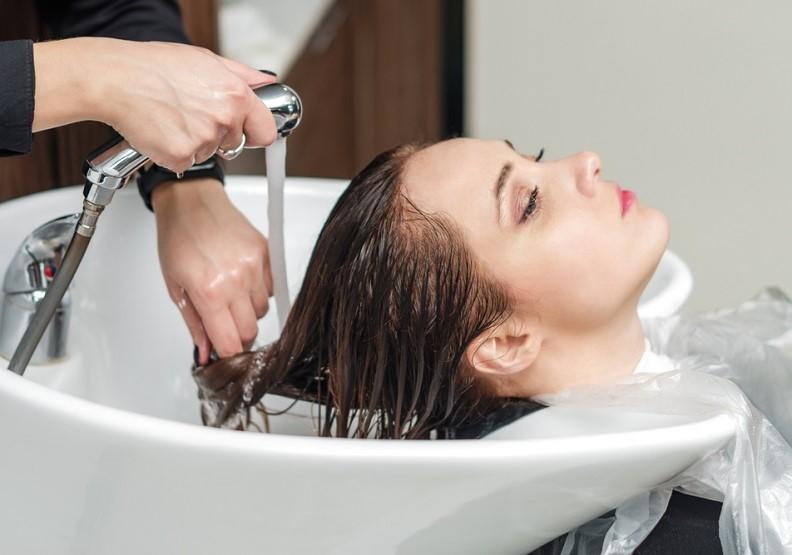以洗髮精為例,每瓶400ml的使用次數約80-100次,洗淨與吹乾頭髮都需要耗水耗電因而產生碳排放。圖片提供歐萊德。