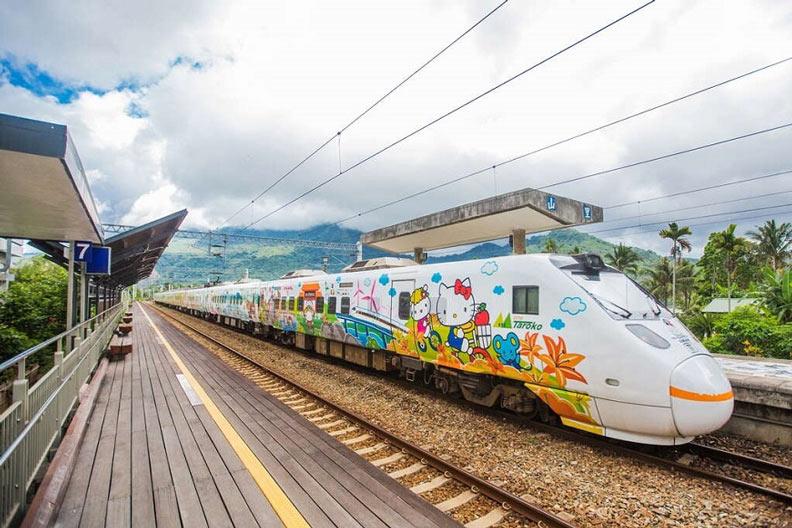 ↑可愛又吸睛的環島之星Hello Kitty繽紛列車,深受Kitty迷和小朋友喜愛。圖片取自花東縱谷國家風景區