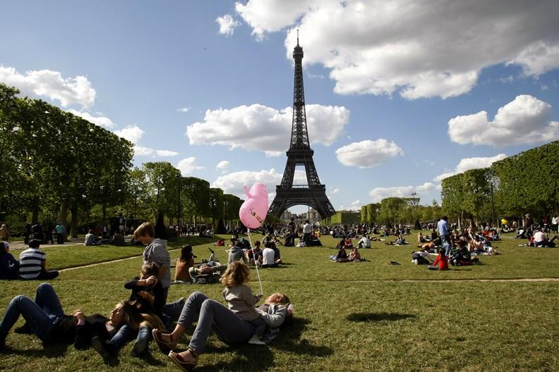 巴黎每年總吸引大批慕名而來的觀光客。