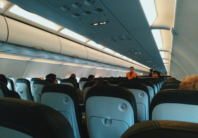 雖然疫情讓航空業遭受空前衝擊,在崗位上服務的人員,仍如以往努力不懈。僅為情境配圖,圖片來自pexels