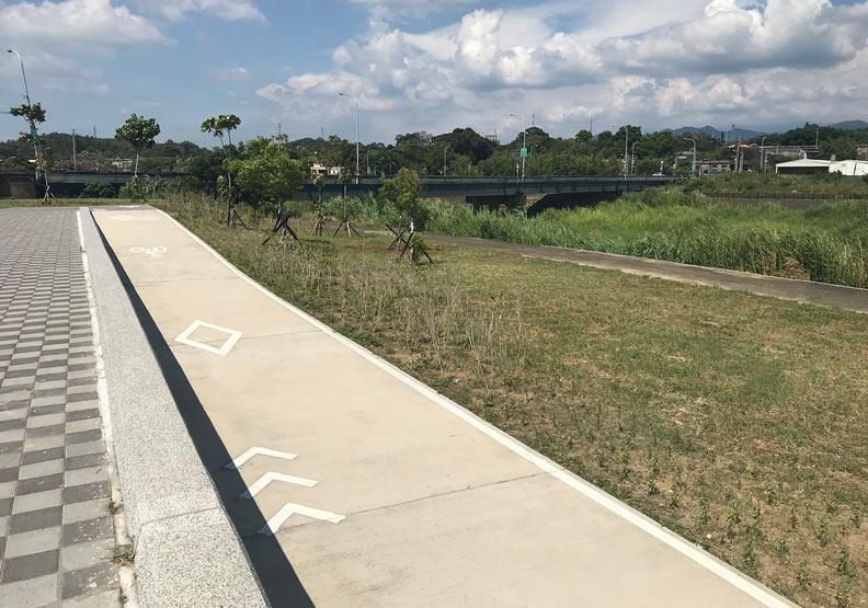 西湖溪整體環境營造銅鑼段,建設寬直的自行車道,破壞濱溪植被的生長空間。圖片提供:台灣河溪網