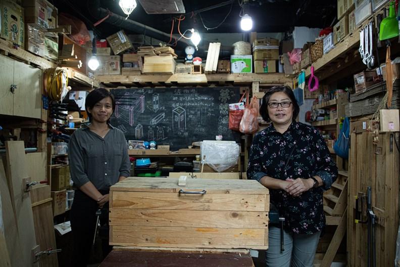 策劃這片空間的黃芳惠(右)及經典工程顧問公司總經理吳婷婷。