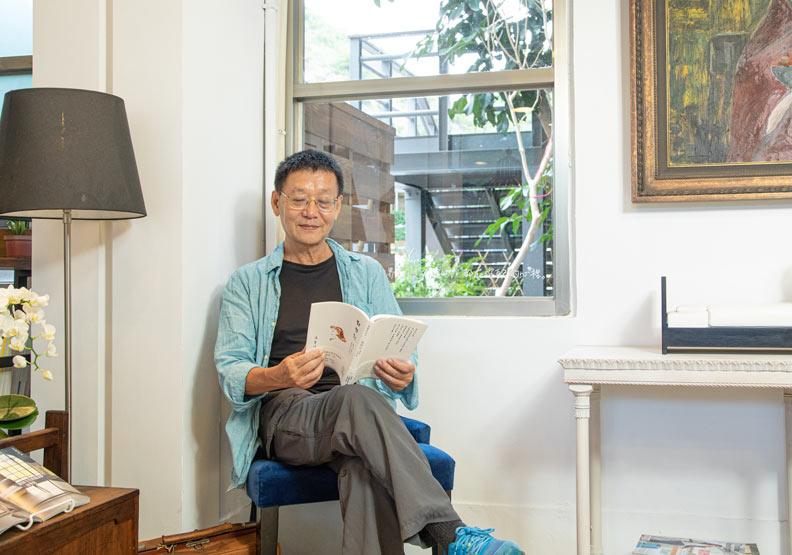 台東資深作家徐慶東。