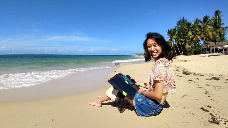 作者目前旅居多明尼加,常在海灘住家旁工作。(圖片來源:作者提供)